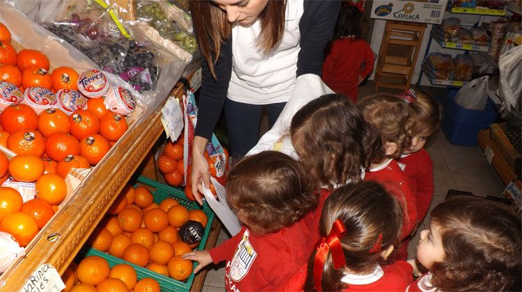 aula de 2 años salieron con sus profesoras a comprar la fruta para merendar